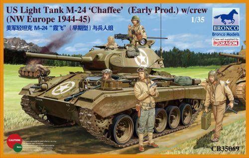 Bronco M24 Chaffee U.S. Light Tank (WWII Prod.) with Tank Crew Set makett