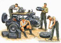 Masterbox German motorcycle repair team
