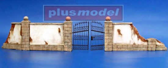 Plus Model Wall with metal gate